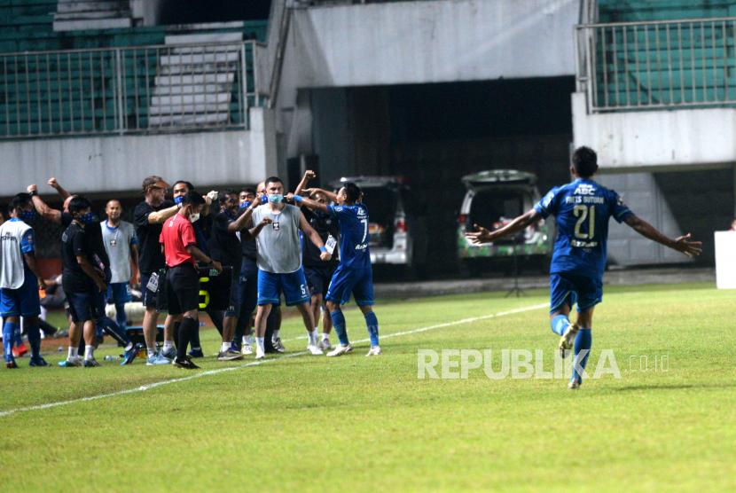 Ofisial Persib merayakan gol Frets Butuan ke gawang PSS pada pertandingan semifinal pertama Piala Menpora 2021 di Stadion Maguwoharjo, Sleman, Yogyakarta, Jumat (16/4) malam. Pada pertandingan semifinal pertama ini Persib berhasil mengalahkan PSS 2-1.