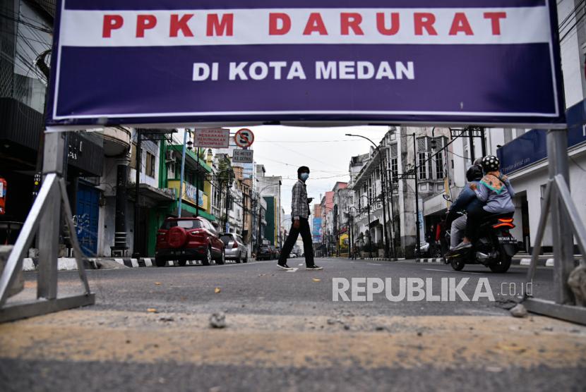Medan akan Pulangkan Warga Tinggal di Bawah Jembatan. Warga melintas di Jalan Jendral Ahmad Yani, Kesawan, Medan, Sumatera Utara, Kamis (22/7/2021). Pemerintah Kota Medan resmi memperpanjang Pemberlakuan Pembatasan Kegiatan Masyarakat (PPKM) hingga 25 Juli 2021.