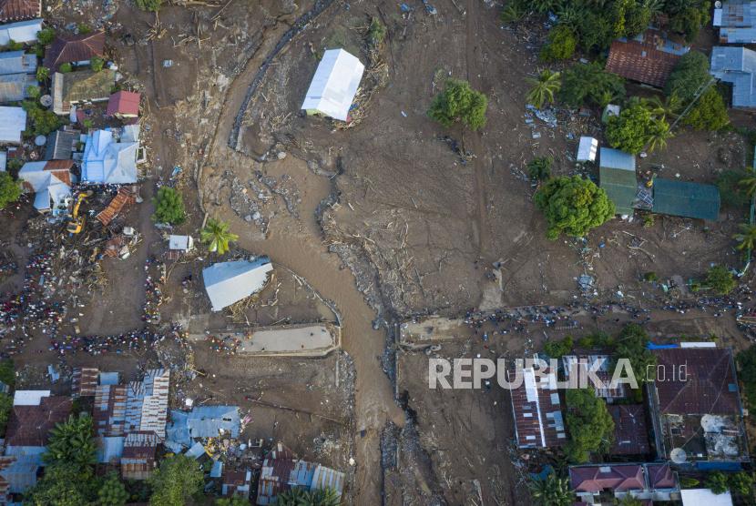 Foto udara kerusakan akibat banjir bandang di Adonara Timur, Kabupaten Flores Timur, Nusa Tenggara Timur (NTT), Selasa (6/4/2021). Cuaca ekstrem akibat siklon tropis Seroja telah memicu bencana alam di sejumlah wilayah di NTT dan mengakibatkan rusaknya ribuan rumah warga dan fasilitas umum.