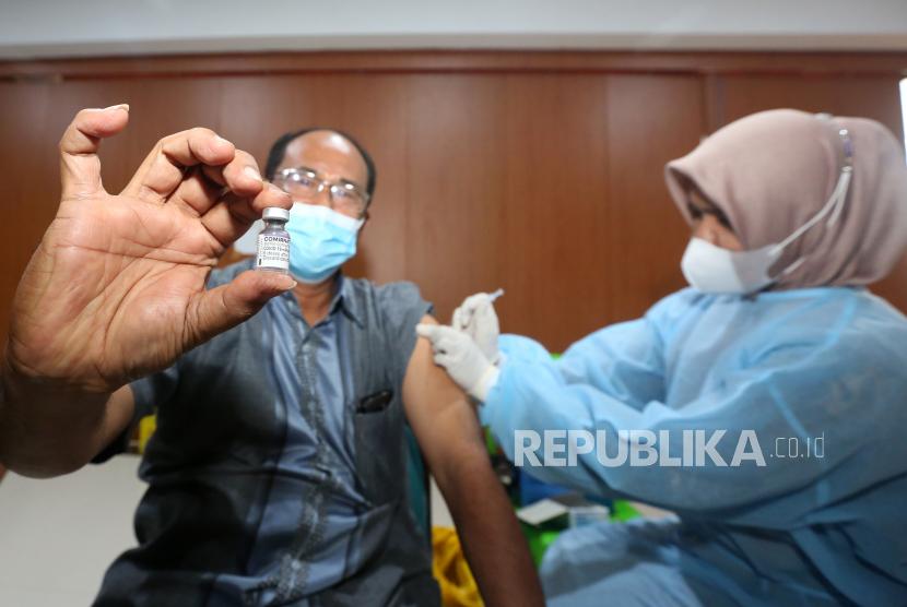 Warga memperlihatkan botol vaksin Pfizer saat mendapatkan vaksinasi COVID-19 di Banda Aceh, Aceh, Senin (25/10). Sekretaris Jenderal PBB Antonio Guterres menyerukan agar terwujudnya pemerataan vaksin untuk mencegah infeksi virus corona jenis baru (COVID-19) di seluruh dunia.