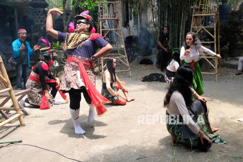 Sejumlah penari komunitas Lima Gunung menampilkan kolaborasi tarian Soreng dengan Ndolalak saat pentas Borobudur Disruption di panggung terbuka Studio Mendut, Mungkid, Magelang, Jawa Tengah, Ahad (19/9/2021). Pementasan seni tradisional dan kontemporer yang mengangkat tema pahlawan dari desa tersebut untuk menyambut perhelatan Borobudur Writers & Culture Festival 2021.