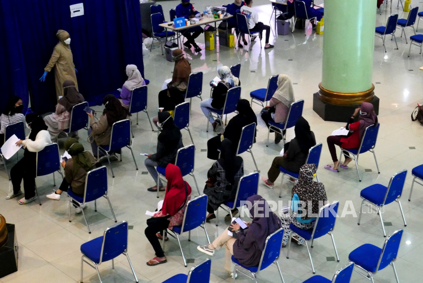 Warga mengikuti vaksinasi Covid-19 secara massal di Auditorium Kahar Muzakkir, Universitas Islam Indonesia, Yogyakarta, Rabu (22/9). Sebanyak 3.000 dosis vaksin disiapkan pada Vaksinasi Merdeka ini. Hingga saat ini capaian Vaksinasi Covid-19 tahap pertama di Yogyakarta sudah mencapai 75,19 persen target sasaran dari 2,8 juta orang.