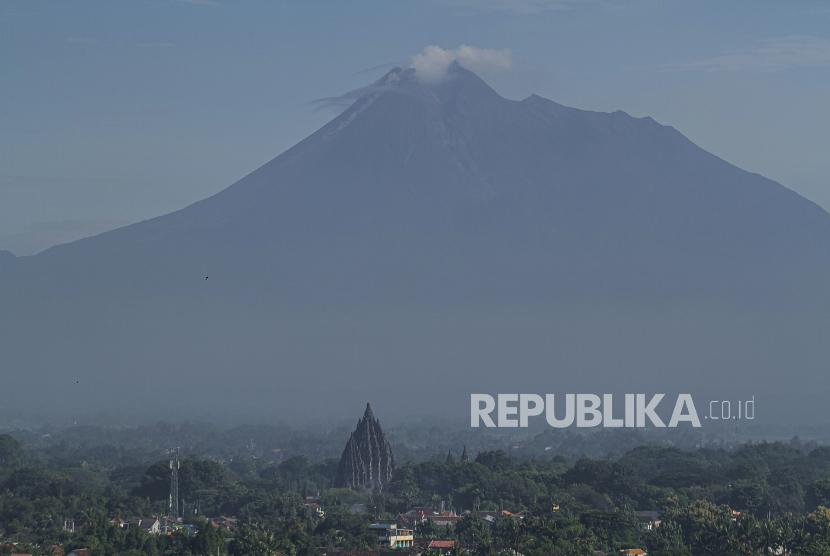Guguran material vulkanik keluar dari kubah lava Gunung Merapi terlihat dari Prambanan, Sleman, DI Yogyakarta.