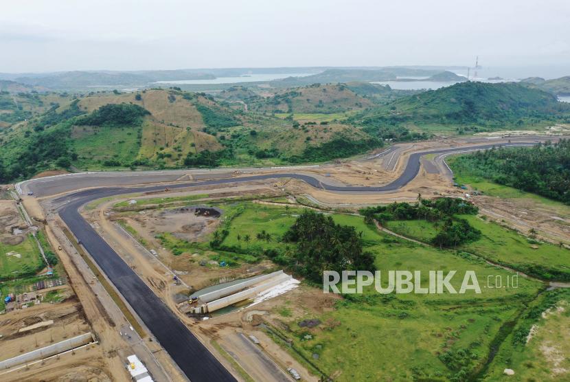 Foto udara pembangunan lintasan sirkuit pada proyek Mandalika International Street Circuit di Kawasan Ekonomi Khusus (KEK) Mandalika, Pujut, Praya, Lombok Tengah, Nusa Tenggara Barat, Selasa (6/4/2021). Pembangunan sirkuit itu ditargetkan selesai pada pertengahan tahun 2021.
