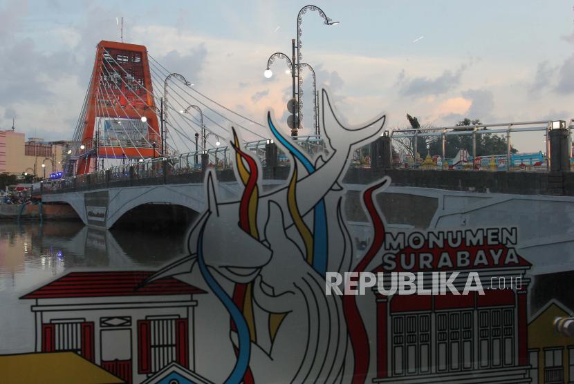 Warga menikmati suasana di Jembatan Sawunggaling, Surabaya, Jawa Timur, Sabtu (1/5/2021). Jembatan Sawunggaling yang diresmikan Menteri Sosial Tri Rismaharini itu merupakan salah satu ikon wisata baru di Surabaya yang terkoneksi dengan Terminal Intermoda Joyoboyo serta Kebun Binatang Surabaya.