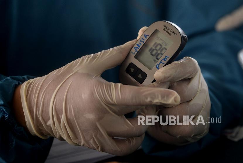Petugas kesehatan memeriksa kesehatan warga sebelum disuntik vaksin Covid-19.