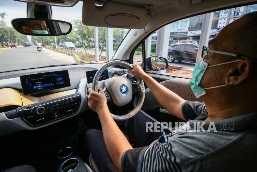 Karyawan mengemudikan mobil listrik BMW i3s di kawasan Meruya, Jakarta, Jumat (2/10/2020). Bank Indonesia memberikan penurunan batasan minimum uang muka dari kisaran 5-10 persen menjadi nol persen untuk pembelian kendaraan bermotor berwawasan lingkungan.