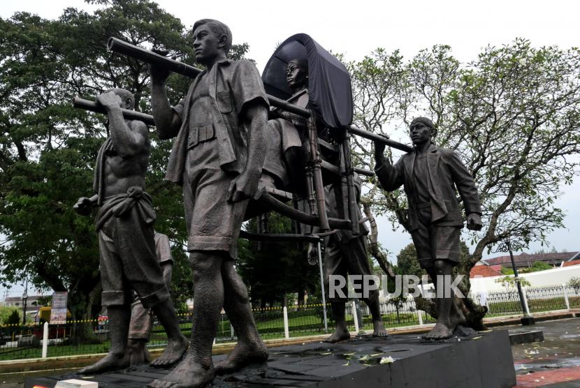 Patung gerilya Panglima Besar Jenderal Soedirman dipajang di halaman pintu masuk Benteng Vredeburg, Yogyakarta, Rabu (3/3). Patung Panglima Besar Tidak Pernah Sakit ini karya pematung Yusman. Dipasang di pintu masuk Benteng Vredeburg dalam rangka memperingati serangan umum 1 Maret di Yogyakarta.