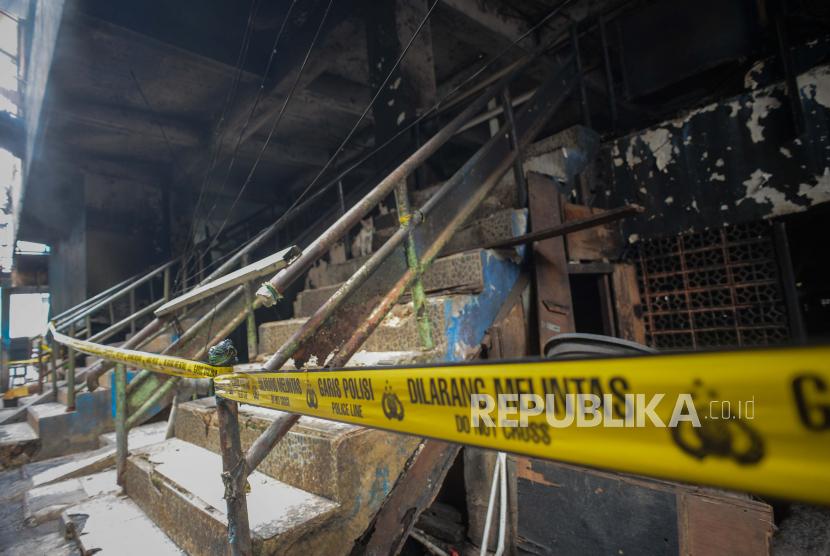 Garis polisi terpasang di area Pasar Inpres Blok C Pasar Minggu pasca kebakaran di Jakarta, Selasa (13/4). Kebakaran yang diduga akibat arus pendek tersebut menghanguskan sekitar 389 kios di gedung Blok C dengan total kerugian ditaksir mencapai Rp 2 miliar. Republika/Thoudy Badai