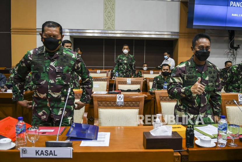 Kepala Staf TNI Angkatan Darat (KASAD) Jenderal TNI Andika Perkasa (kanan) bersama Kepala Staf Angkatan Laut (KASAL) Laksamana TNI Yudo Margono (kiri).