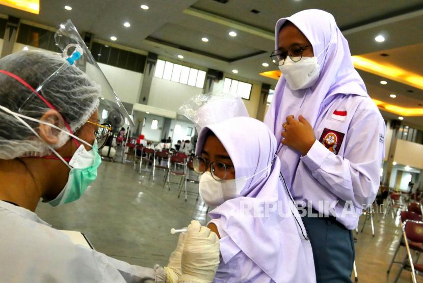 Pelajar mengikuti vaksinasi Covid-19 di Sentra Vaksinasi JEC, Yogyakarta, Rabu (1/9). Sentra vaksinasi Covid-19 yang bekerja sama dengan Tiket.com ini menyediakan 3 ribu dosis setiap hari selama seminggu. Saat ini rata-rata cakupan vaksinasi Covid-19 di Yogyakarta sudah mencapai 32 ribu dosis per hari. Berarti melewati target provinsi yang ditetapkan yakni 20 ribu dosis per hari.