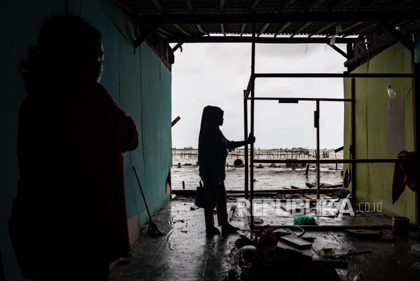 Badan Nasional Penanggulangan Bencana (BNPB) mencatat lebih dari 42.000 rumah warga rusak akibat bencana alam sepanjang tahun 2020 (Foto: ilsutrasi rumah rusak)