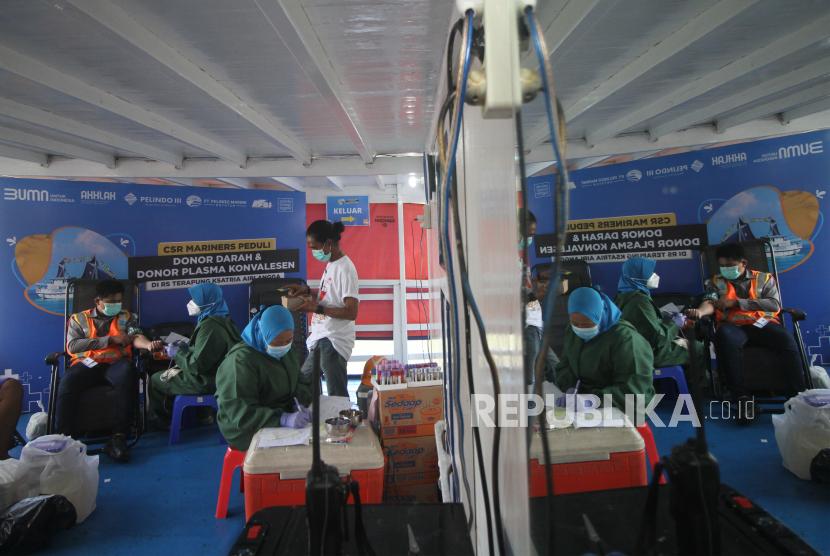 Tenaga kesehatan melayani pendonor saat aksi donor darah dan donor plasma konvalesen di atas Kapal Rumah Sakit Terapung Kesatria Airlangga di Surabaya, Jawa Timur, Selasa (30/3/2021). Aksi sosial yang diselenggarakan oleh PT Pelindo Marines Service (PMS) bekerja sama dengan Lantamal V Surabaya, PMI Kota Surabaya serta Yayasan Ksatria Medika Airlangga tersebut bertujuan untuk menambah pasokan stok darah yang menurun sekitar 30-50 persen pada masa pandemi sekaligus menambah stok plasma konvalesen untuk pengembangan uji klinis terapi pasien terkonfirmasi COVID-19.