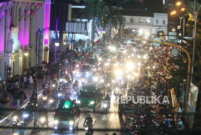 Di malam takbiran Jalan Asia Afrika, kawasan Alun-alun Kota Bandung, dipadati kendaraan, Kamis (14/6).