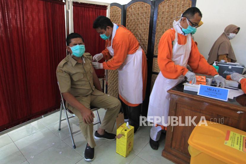 Petugas menyuntikkan vaksinasi COVID-19 kepada tenaga medis di RSUD Indramayu, Jawa Barat, Senin (22/2/2021). Dinas Kesehatan Kabupaten Indramayu menyatakan terdapat kekurangan 3.200 dosis vaksin COVID-19 Sinovac tahap satu di daerah itu.