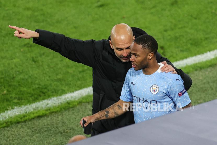 Manajer Manchester City Pep Guardiola (kiri) berbicara dengan Raheem Sterling dari Manchester City selama perempat final Liga Champions UEFA, pertandingan sepak bola leg kedua antara Borussia Dortmund dan Manchester City di Dortmund, Jerman, 14 April 2021.