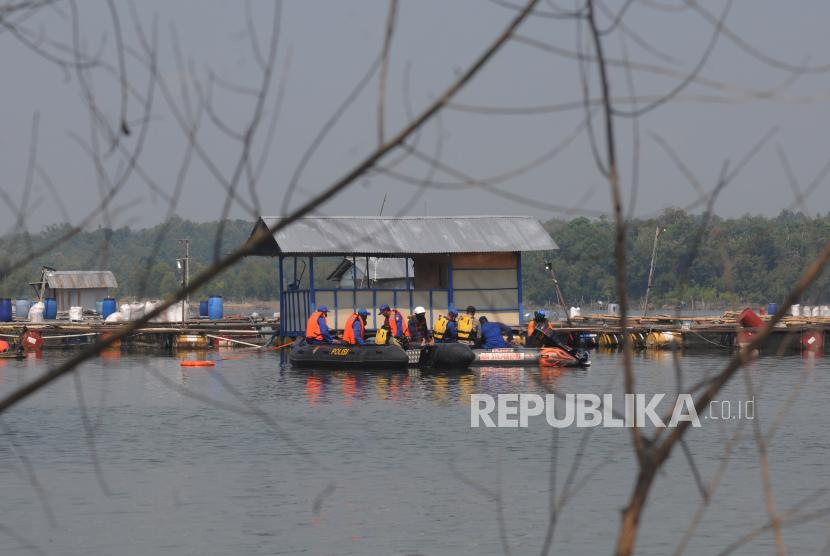 Sejumlah tim evakuasi melakukan penyelaman untuk mencari korban perahu wisata air yang tenggelam di Waduk Kedung Ombo, Wonoharjo, Kemusu, Boyolali, Jawa Tengah, Ahd (16/5/2021). Tenggelamnya perahu wisata air tersebut diduga disebabkan kelebihan muatan yaitu sebanyak 20 penumpang yang harusnya hanya diisi 14 penumpang. Hingga Minggu (16/5/2021)  Pukul 10.00 WIB, tujuh dari sembilan korban tenggelam berhasil dievakuasi dalam kondisi meninggal dunia.