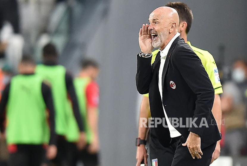 Pelatih kepala Milan Stefano Pioli bereaksi selama pertandingan sepak bola Serie A Italia antara Juventus FC dan AC Milan di Turin, Italia, 19 September 2021.
