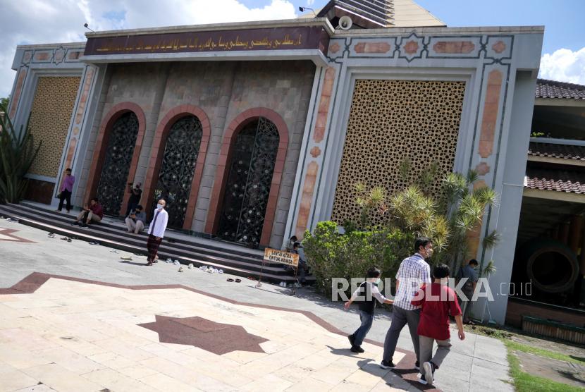 Masjid UII dan UGM tidak Menggelar Sholat Jumat. Masjid UGM.