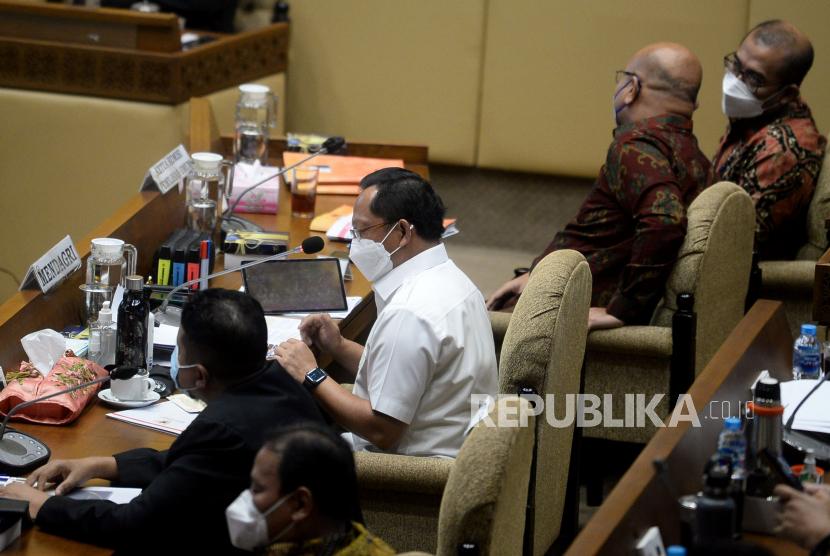 Menteri Dalam Negeri (Mendagri) Tito Karnavian saat mengikuti rapat dengar pendapat dengan Komisi II DPR di Kompleks Parlemen, Senayan, Jakarta,Kamis (16/9). Rapat antara komisi II dengan Mendagri, KPU, BAWASLU dan DKPP tersebut membahas persiapan dan kesiapan pelaksanaan pemilu serentak tahun 2024.Praoygi/Republika
