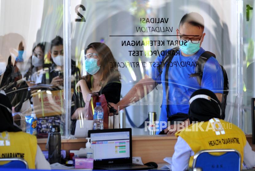 Calon penumpang pesawat menjalani pemeriksaan dokumen kesehatan di Terminal Domestik Bandara Internasional I Gusti Ngurah Rai, Badung, Bali, Senin (5/7/2021).