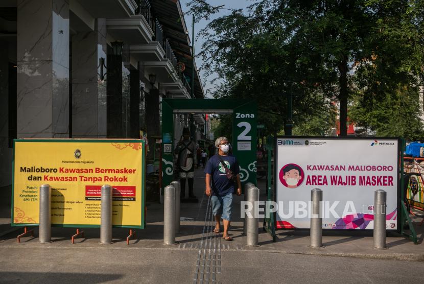 Pengunjung berjalan di kawasan Malioboro, Yogyakarta, Jumat (2/7/2021). Pemerintah Daerah Istimewa Yogyakarta berencana menerapkan kebijakan Pemberlakukan Pengetatan Kegiatan Masyarakat (PPKM) Darurat untuk Kabupaten Sleman, Kabupaten Bantul dan Kota Yogyakarta mulai 3-20 Juli 2021 sebagai upaya menurunkan kasus COVID-19.