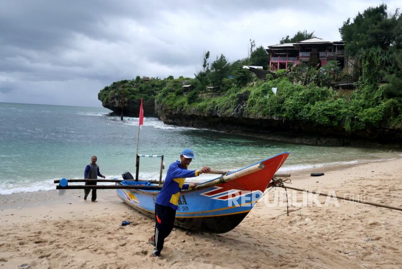 Perahu nelayan bersandar di Pantai Gesing, Panggang, Gunungkidul, DI Yogyakarta.