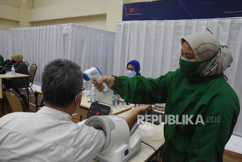 Petugas medis melakukan pemeriksaan kesehatan pendahuluan sebelum menyuntikan vaksin COVID-19 kepada pegawai dan wartawan KPK di Gedung penunjang KPK, Jakarta, Selasa (23/2) lalu. Pemberian vaksin COVID-19 kepada seluruh pegawai, tahanan, jurnalis dan pihak eksternal KPK tersebut sebagai bagian dari upaya percepatan pengendalian dan berkelanjutan COVID-19 di Indonesia.