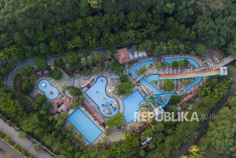 Foto udara suasana sepi wahana wisata Green Valley Waterpark di Desa Ciseureuh, Purwakarta, Jawa Barat, Ahad (13/6/2021). Pemerintah Kabupaten Purwakarta menutup sementara seluruh objek wisata hingga 20 Juni 2021 guna menekan peningkatan kasus penularan dan penyebaran COVID-19.