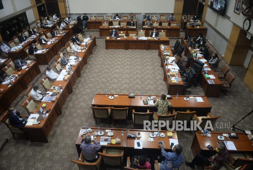 Menteri Hukum dan HAM Yasonna Laoly mengikuti Rapat Kerja dengan Komisi III DPR di Kompleks Parlemen, Senayan, Jakarta, Rabu (9/6). Rapat tersebut membahas rencana kerja bidang legislasi di tahun 2021 dan evaluasi terhadap pelaksanaan rencana prioritas kerja Kementerian Hukum dan HAM tahun 2021 di bidang pemasyarakatan dan keimigrasian.