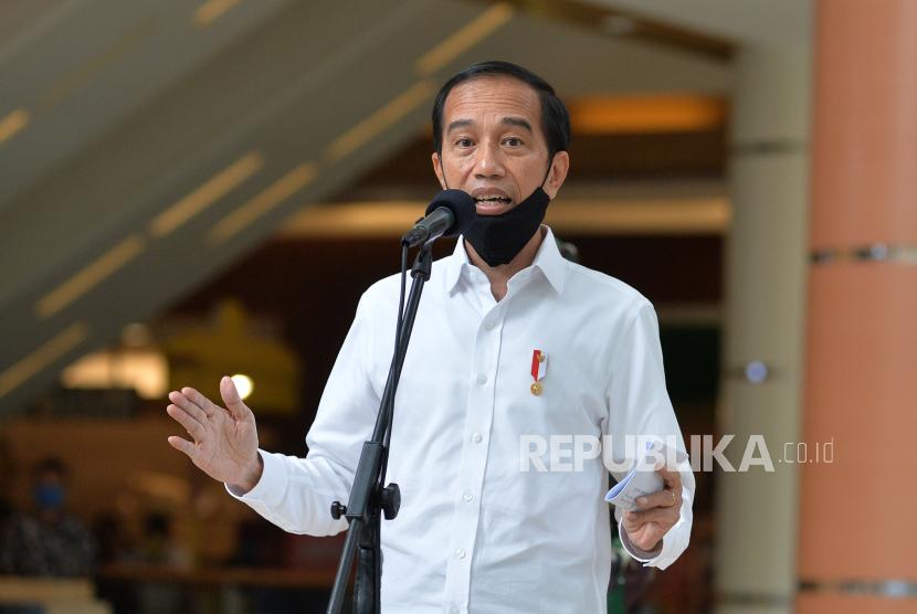 Presiden Joko Widodo memberikan keterangan pers seusai meninjau salah satu pusat perbelanjaan, di Bekasi, Jawa Barat, Selasa (26/5/2020). Presiden Jokowi meninjau persiapan prosedur pengoperasian mal yang berada di wilayah zona hijau wabah COVID-19