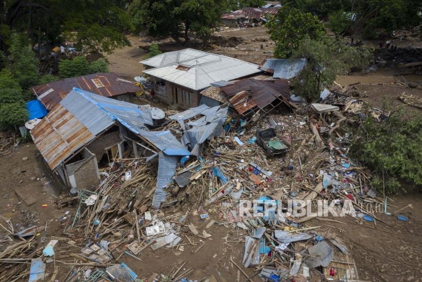 Sejumlah rumah hancur akibat banjir bandang di Adonara Timur, Kabupaten Flores Timur, Nusa Tenggara Timur (NTT), Rabu (7/4/2021). Warga korban banjir bandang dan tanah longsor di Flores Timur mengeluhkan minimnya alat berat dan alat bantu lainnya untuk membersihkan puing bangunan, batu, dan lumpur.