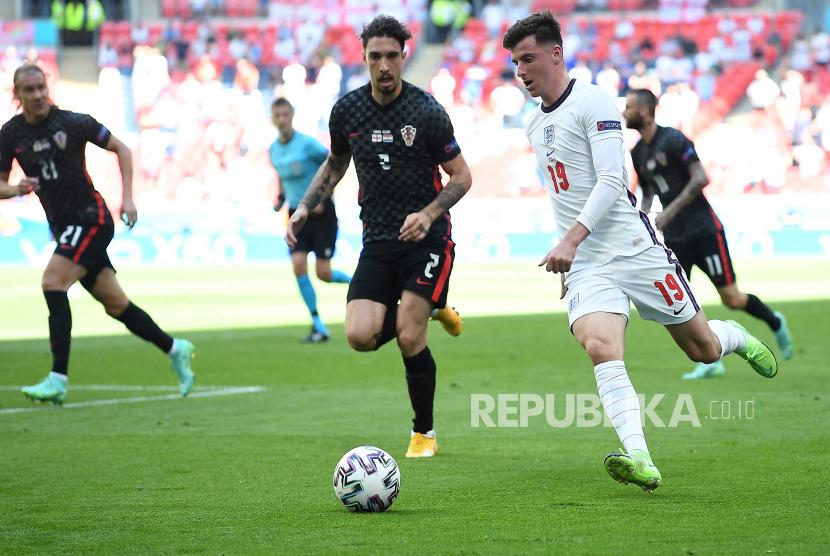 Mason Mount (kanan) dari Inggris beraksi melawan Sime Vrsaljko dari Kroasia selama pertandingan sepak bola babak penyisihan grup D UEFA EURO 2020 antara Inggris dan Kroasia di London, Inggris, 13 Juni 2021.
