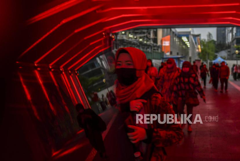 Pekerja berjalan melintasi terowongan Kendal, di Jakarta, Kamis (17/6/2021). Data Satuan Tugas Penanganan COVID-19 per hari Kamis (17/6) menyebutkan kasus positif COVID-19 bertambah 12.624 orang sehingga total menjadi 1.950.276 orang, sementara kasus pasien sembuh COVID-19 bertambah 7.350 orang sehingga total menjadi 1.771.220 orang, untuk kasus meninggal akibat COVID-19 bertambah 277 jiwa sehingga totalnya menjadi 53.753 jiwa.