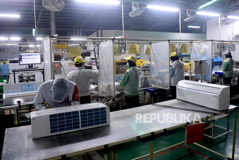 Aktivitas di pabrik Panasonic. Panasonic Corp akan mengurangi lebih dari seribu pekerjaan di Jepang pada akhir bulan.