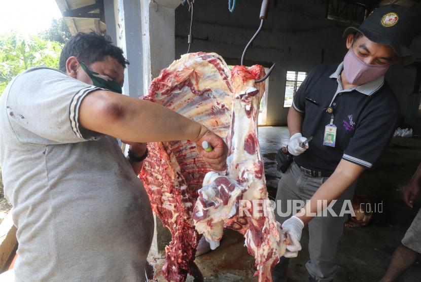 Dokter hewan Dinas Ketahanan Pangan dan Pertanian, Pujiono (kanan) mengamati daging sapi saat sidak kelayakan daging kurban di Rumah Potong Hewan (RPH) Kota Kediri, Jawa Timur, Rabu (21/7/2021). Sidak guna menangkal peredaran daging kurban tidak layak konsumsi di RPH tersebut menenukan cacing hati pada enam ekor sapi.