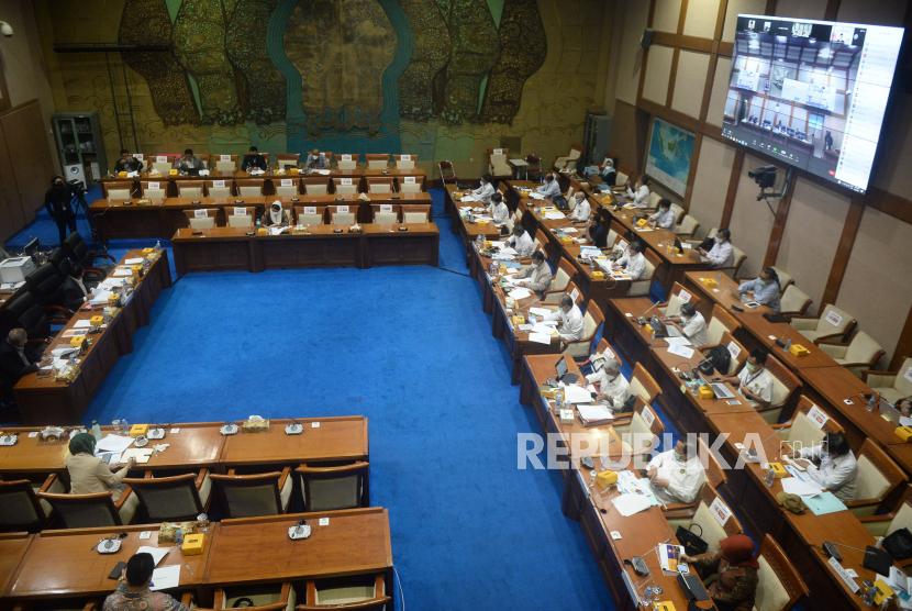 Menteri Energi dan Sumber Daya Mineral (ESDM) Arifin Tasrif mengikuti rapat kerja dengan Komisi VII DPR di Kompleks Parlemen, Senayan, Jakarta, Rabu (2/6). Rapat kerja tersebut membahas Asumsi Dasar Makro Sektor ESDM RAPBN Tahun Anggaran 2021, Penetapan Asumsi Dasar Makro Sektor ESDM RAPBN Tahun Anggaran 2021 dan Pengantar Pagu Indikatif RKP K/L dan RKA K/L Tahun Anggaran 2022.