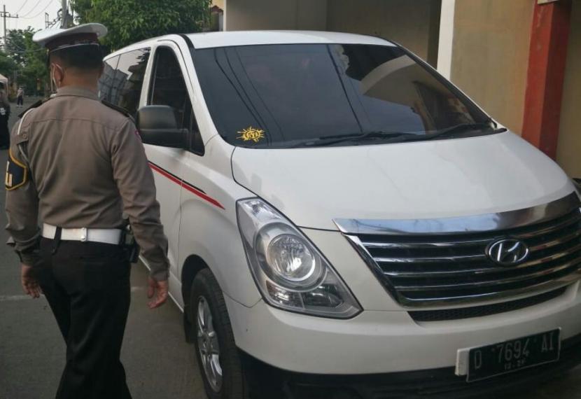 Larangan mudik Lebaran 2021: Mobil Travel Plat Hitam Bawa Penumpang Mudik ke Surabaya Ditahan
