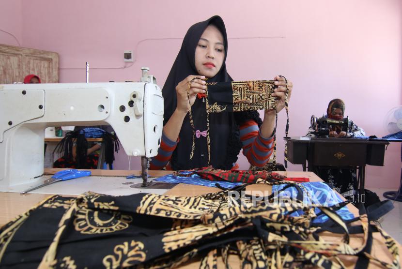 Penjahit memproduksi masker batik di Pakistaji, Banyuwangi, Jawa Timur, Kamis (2/4/2020). UMKM yang biasanya memproduksi busana batik itu, sejak merebaknya wabah COVID-19, beralih memproduksi masker berbahan kain batik yang dijual Rp4 ribu hingga Rp5 ribu per buah