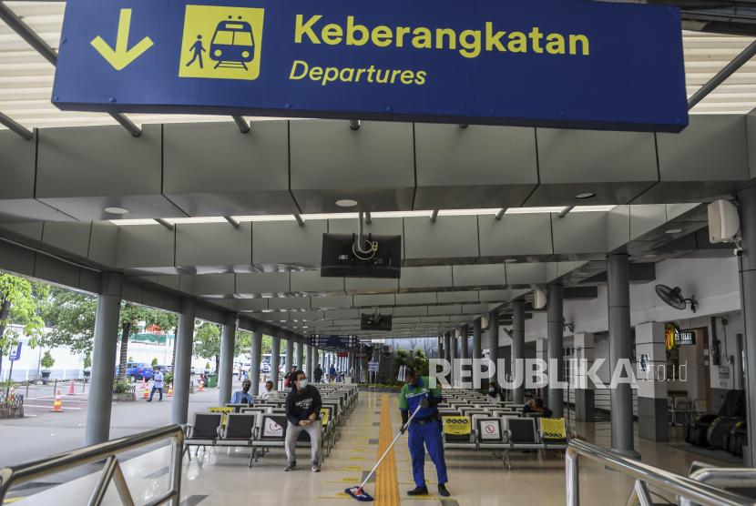 Sejumlah calon penumpang duduk di ruang tunggu Stasiun Pasar Senen di Jakarta, Senin (22/2/2021). PT Kereta Api Indonesia (Persero) atau KAI hingga saat ini baru melayani penjualan tike keteta api (KA) jarak jauh hingga keberangkatan 30 April 2021.