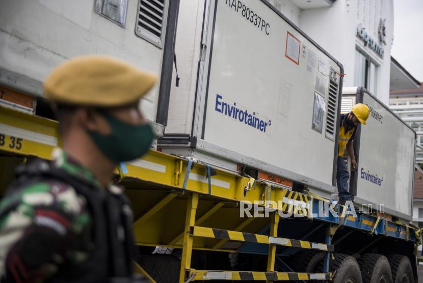 Prajurit TNI berjaga di dekat Envirotainer berisi bahan baku vaksin Covid-19 Sinovac, di Bio Farma, Bandung, Jawa Barat, Selasa (2/2).