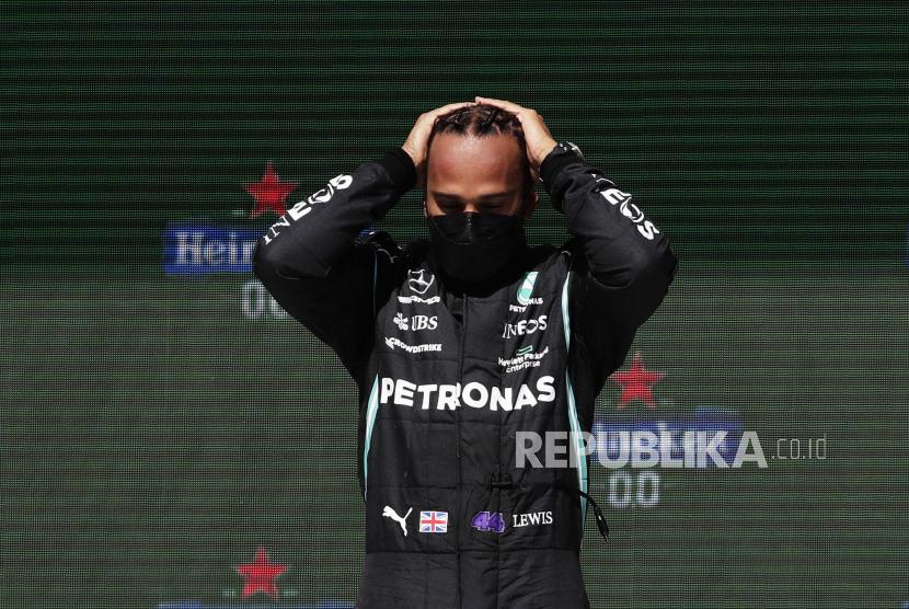 Pembalap Mercedes Lewis Hamilton dari Inggris berdiri di podium usai memenangi Grand Prix Formula Satu Portugal di Sirkuit Internasional Algarve dekat Portimao, Portugal, Minggu, 2 Mei 2021.