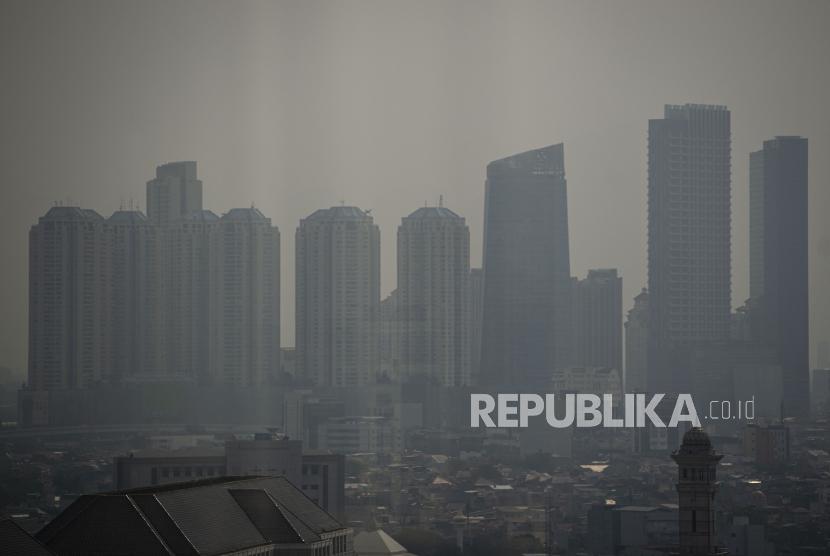 Kabut polusi udara menyelimuti gedung-gedung di Jakarta.. ilustrasi