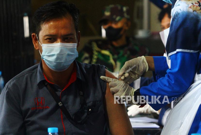Tenaga kesehatan menyuntikkan vaksin Covid-19 (ilustrasi). PHRI mendorong pekerja di sektor pariwisata segera melakukan vaksinasi.