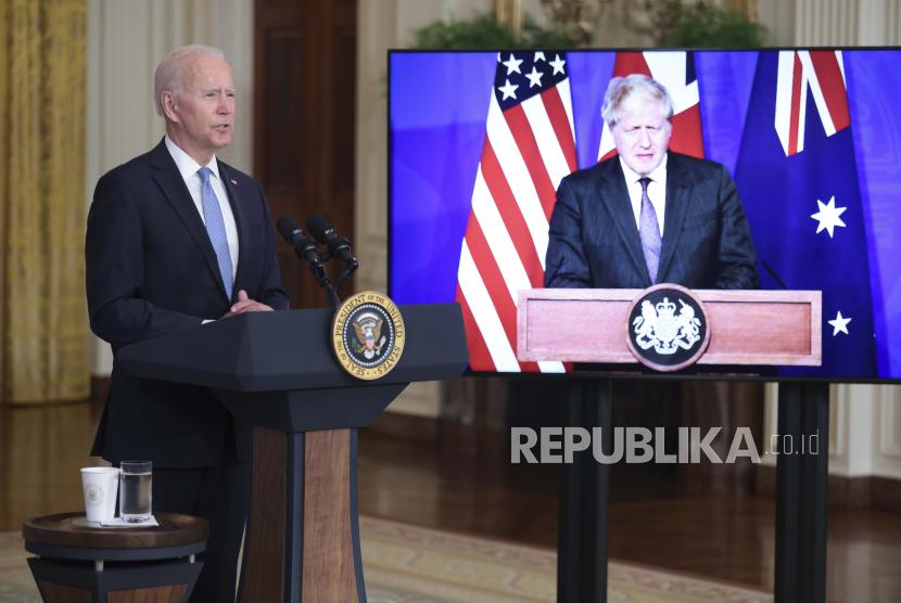 Presiden AS Joe Biden menyampaikan sambutan tentang prakarsa keamanan nasional di Ruang Timur Gedung Putih di Washington, DC, AS, 15 September 2021. Perdana Menteri Australia Scott Morrison dan Perdana Menteri Inggris Boris Johnson (kanan) berpartisipasi secara virtual.
