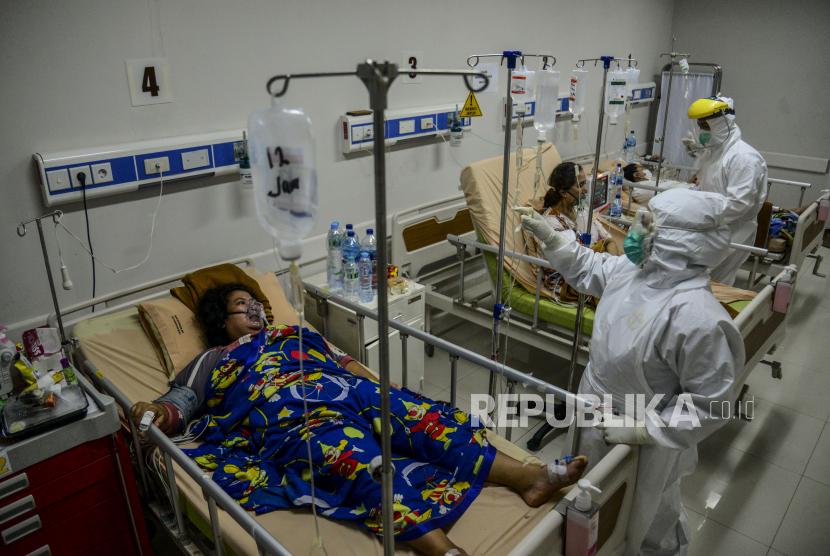 Tenaga kesehatan mengecek kondisi pasien positif Covid-19.