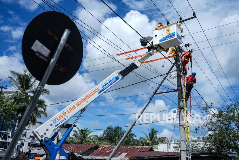 Pekerja melakukan perawatan jaringan listrik untuk rumah tangga di Palangkaraya, Kalimantan Tengah, Senin (13/7/2020). PT PLN (Persero) mencatat konsumsi listrik selama masa diberlakukannya Pembatasan Sosial Berskala Besar (PSBB) pada bulan Mei lalu mencapai 18,63 Terra Watt Hour (TWh) atau mengalami penurunan sebesar 10,73 persen dibandingkan periode yang sama tahun lalu sebesar 20,63 TWh (YoY), dan dibandingkan bulan sebelumnya April 2020 tercatat 19,39 TWh atau menurun 4,08 persen (MoM).