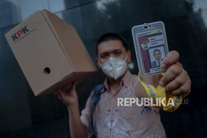 Pegawai KPK yang tidak lulus Tes Wawasan Kebangsaan (TWK)  Yudi Purnomo menunjukan kartu identitas pegawai saat meninggalkan Gedung Merah Putih KPK, Jakarta, Kamis (16/9). Komisi Pemberantasan Korupsi (KPK) akan memberhentikan sebanyak 56 pegawai KPK yang tidak lulus Tes Wawasan Kebangsaan (TWK) dalam proses alih status pegawai KPK menjadi Aparatur Sipil Negara (ASN) pada tanggal 30 September mendatang.