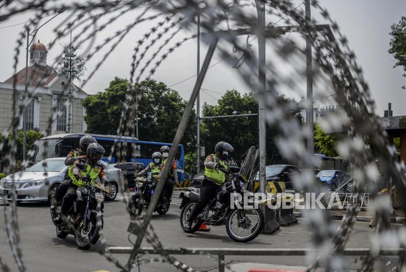 Anggota kepolisian saat berpatroli di Harmoni, Jakarta, Sabtu (24/7). Patroli tersebut dilakukan untuk mengantisipasi adanya massa aksi yang akan melakukan unjuk rasa terkait penolakan perpanjangan pemberlakuan pembatasan kegiatan masyarakat (PPKM). Republika/Putra M. Akbar