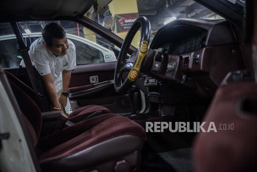 Pengunjung mengamati kendaraan mobil yang dipajang di Bursa mobil bekas Blok M, Jakarta, Senin (24/6). Menurut penjual mobil KJM Garage, Putra mengaku mengalami kenaikan penjualan mobil bekas dan langka mencapai 25 persen pada masa new normal ditengah pandemi COVID-19 dengan kisaran harga jual muali dari Rp50 juta hingga Rp1 miliyar.  Selain itu dilansir dari data OLX Indonesia, jumlah penjualan mobil bekas melalui platform OLX mulai berangsur normal di kisaran 80 persen